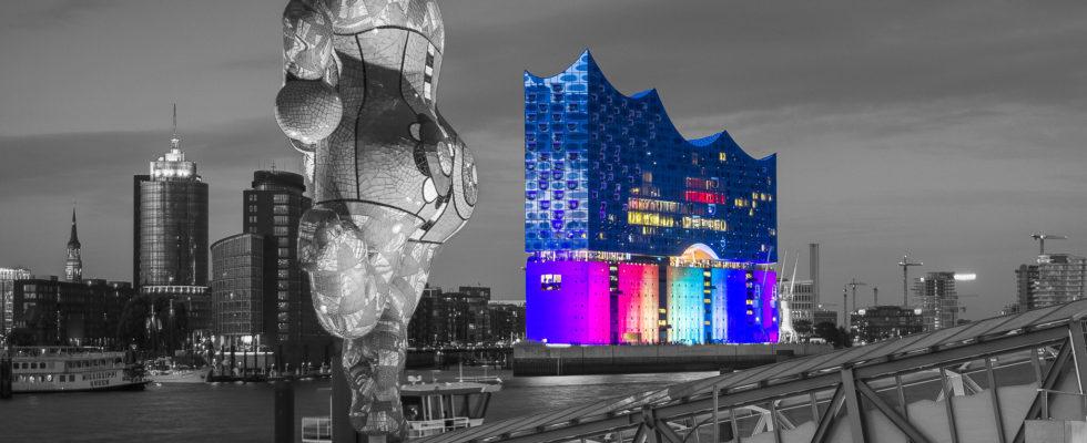 """Anlässlich der Pride Week – angelehnt an den Cristopher Street Day Hamburg – wurde die untere Fassade der """"Elphi"""" durch die Initiative """" CSD – Hamburg wird leuchten"""" in den buten Farben der Regenbogenfahne illuminiert. Hier dazu nun einige Eindrücke, die ich am Samstag, 05.08.2017 vor den Toren des Stage […]"""